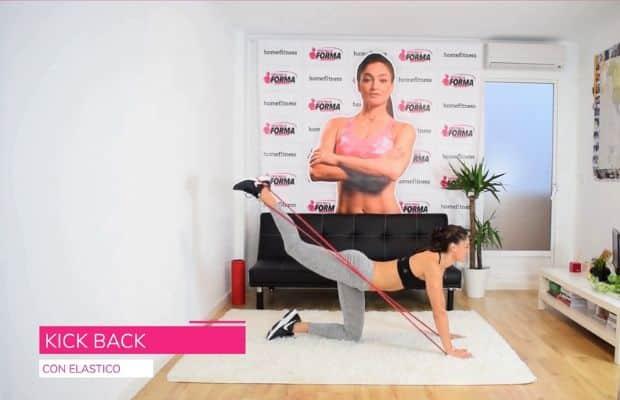 esercizio con elastico per glutei: kick back