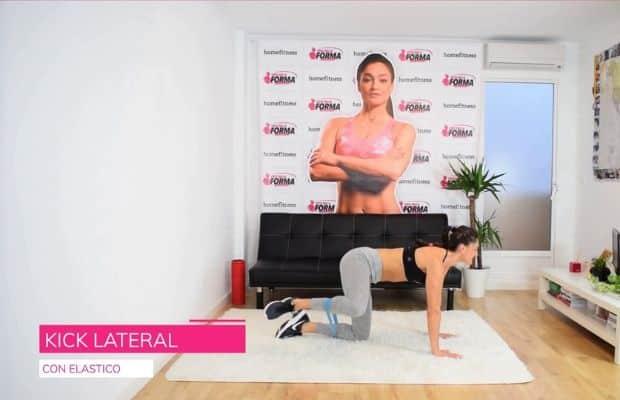 esercizio con elastico per glutei: kick lateral